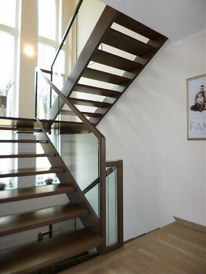 moderne holz wangentreppe mit glas aus amberg oberfalz. Black Bedroom Furniture Sets. Home Design Ideas