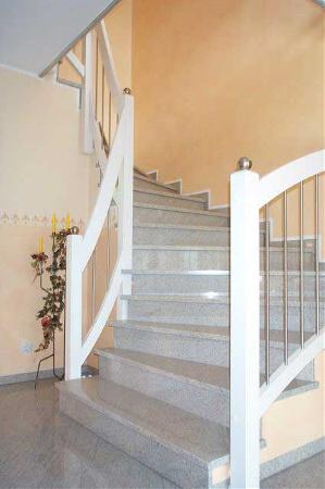 treppengel nder an betontreppe holzstufen auf beton. Black Bedroom Furniture Sets. Home Design Ideas